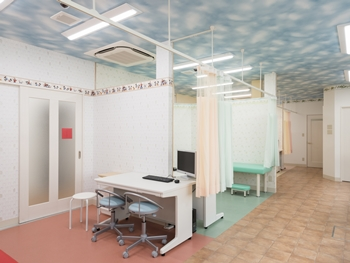 4つの診察室にそれぞれ違ったカラーの壁紙を選び、楽しく明るい雰囲気のこどもクリニックに