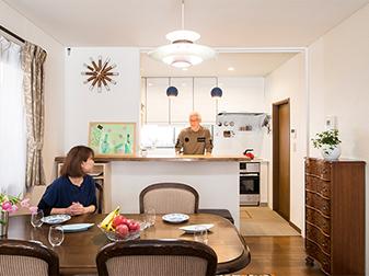 キッチンからあったかい家族の笑顔が広がる、明るく快適なキッチンリフォーム