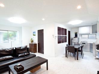 築40 年の木造家屋を増築!2階リビングの明るく暖かなモダンな住まいに