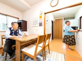居室兼寝室として使っていた6畳の和室を思い切って半分にし、ふたりの居住空間に、程良い区切りを付けました。