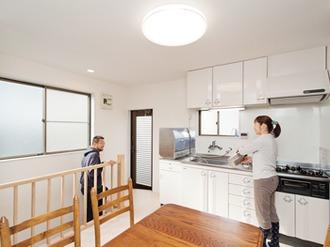 賃貸用フロアを自宅用にリフォームし、広々快適に。屋根裏はセルフビルドで室内環境を整備。