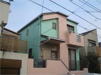 外壁の素材と上塗り塗料の密着性を高めることで塗料の汚れを取り除いてます。