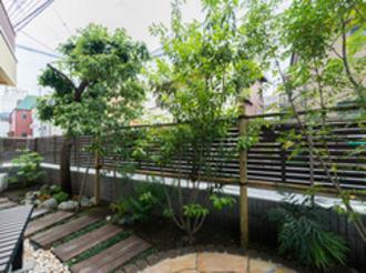 同じ敷地内に建つふたつの家をつなぐ中庭を。家族の絆を深めるエクステリア工事