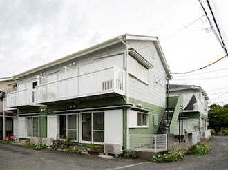 築24年の賃貸アパート3棟を塗り替え、優しい色合いのモスグリーンに