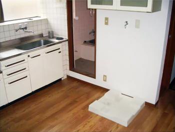ベランダにあった洗濯機置き場を室内に移動しました。壁紙も貼り換えて内装をリフォーム!